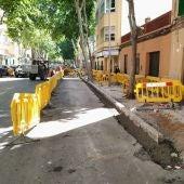 Obras de mejora de las aceras en la calle Arquebisbe Aspàreg del barrio de Pere Garau de Palma