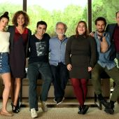 Fernando Colomo con el elenco de 'Poliamor para principiantes'