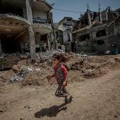 Una niña palestina corre cerca a la destruida casa de su familia, en Beit Hanun, Gaza.