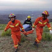 Rescate de uno de los fallecidos en la provincia de Gansu (China)