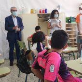El delegado de Bienestar Social, Juan Manuel Flores, durante una visita a un centro escolar