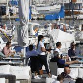 Turistas en la terraza de un bar en Palma.