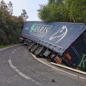 Salida de vía de un camión articulado en OU-0107