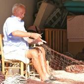 Pescador de Menorca preparando el material para faenar.
