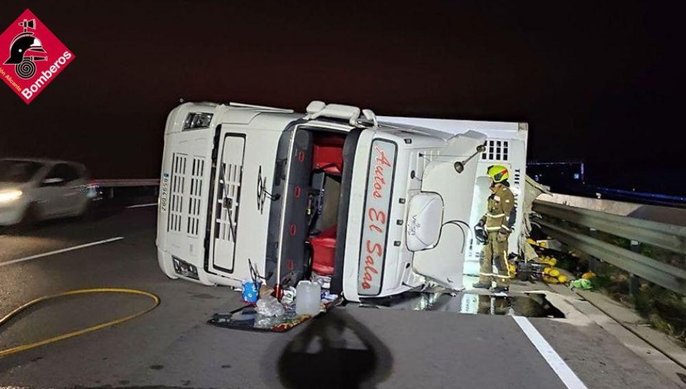 Camión volcado en la A-7.