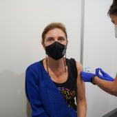 La alcaldesa de Castelló, Amparo Marco, se vacuna con Janssen contra el coronavirus.