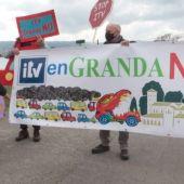 Protesta de los vecinos de Granda contra la instalación de una ITV en la parroquia rura
