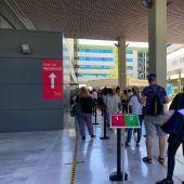 Varias personas haciendo cola en el punto de vacunación de Son Espases, dedicado a los profesionales sanitarios vacunados con la primera dosis de Astrazeneca.