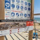 La Concejalía de Medio Ambiente instala carteles en las playas donde se explica cómo actuar en caso de nidificación de tortugas marinas