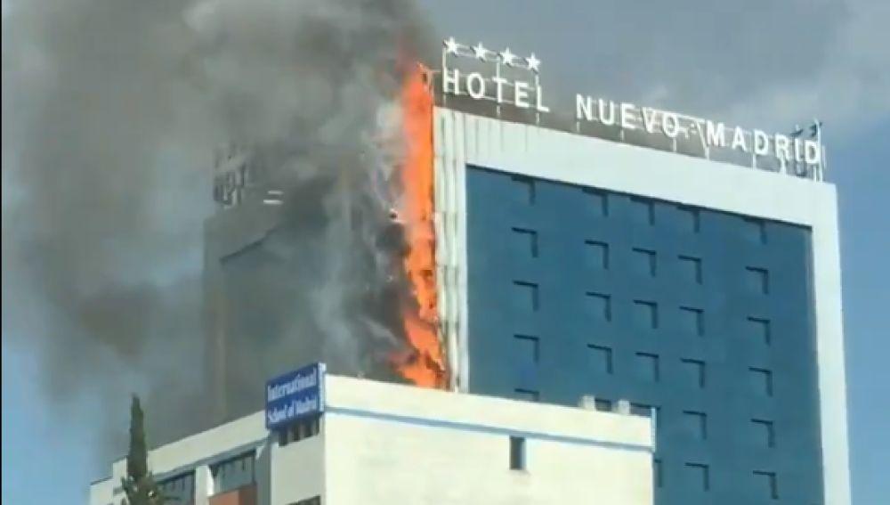 Aparatoso incendio en el Hotel Nuevo Madrid situado junto a la M-30