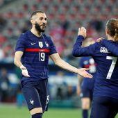 Benzema celebra un gol de Francia junto a Griezmann y Dembele