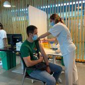 Una enfermera del Punto de vacunación instalado en Son Espases, administra la dosis de una vacuna contra la covid-19 a un paciente.