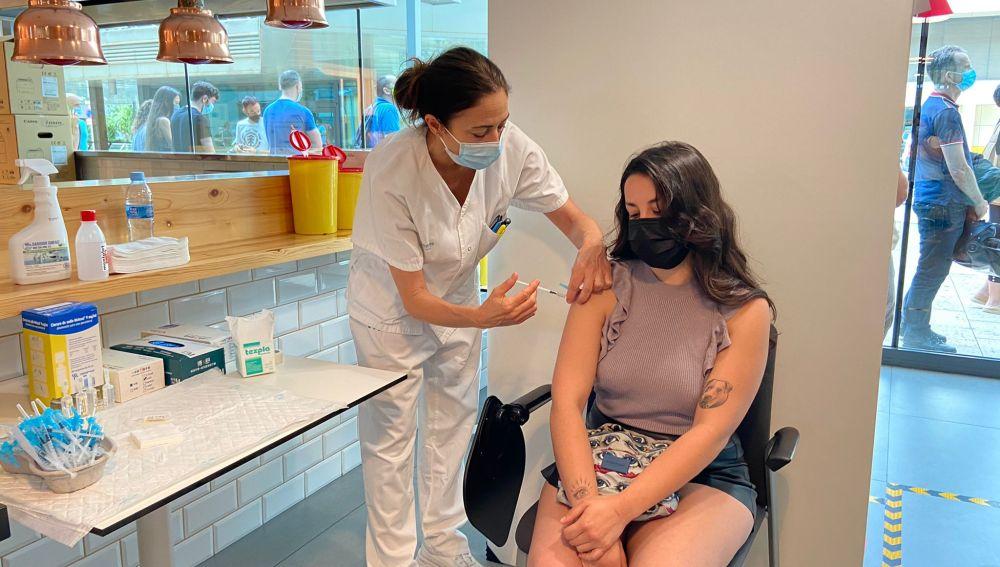 Una enfermera del Punto de vacunación instalado en Son Espases, administra la dosis de una vacuna contra la covid-19 a una paciente.