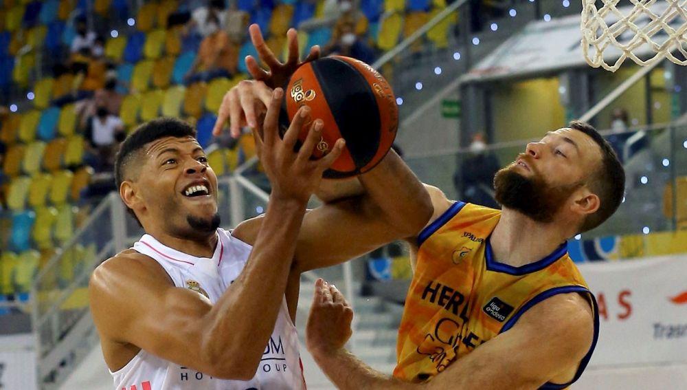 El madridista Tavares pelea un balón en el duelo ante Gran Canaria