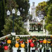 La escalinata del Batallador se ha cubierto de hiedra y elementos de colores con distintos tipos de flores