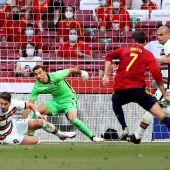 Álvaro Morata remata en una ocasión de España