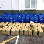 Bidones y bolsas de textil con hachís localizadas por la Guardia Civil en Santa Pola.