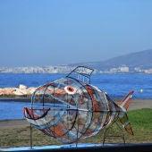 Un pez para reciclar preside ya la playa de El Palo
