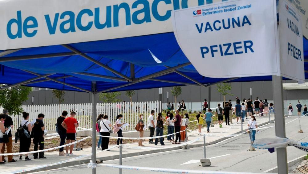 Cola formada a la entrada del Hospital Zendal de Madrid.