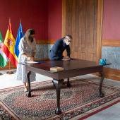 Firma del convenio entre Francisco Piniella y Patricia Cavada