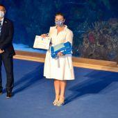 La concejala de Turismo y Playas recoge los distintivos azules