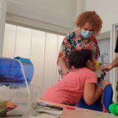 La delegada del Distrito Este-Alcosa-Torreblanca, Adela Castaño en el campamento de verano de huertos escolares