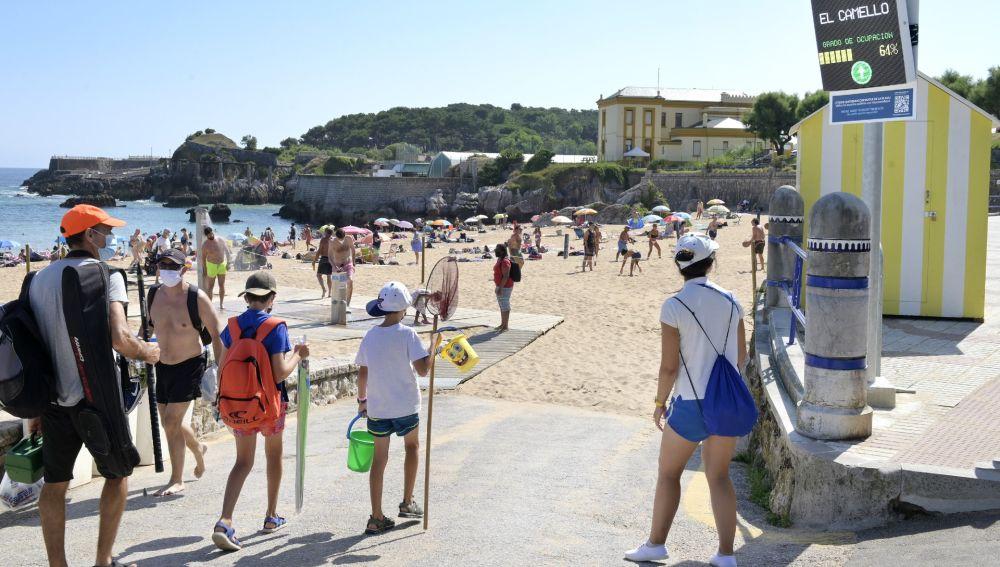 Comienza la temporada de playa en Santander con control de accesos y aforos y un dispositivo especial de limpieza