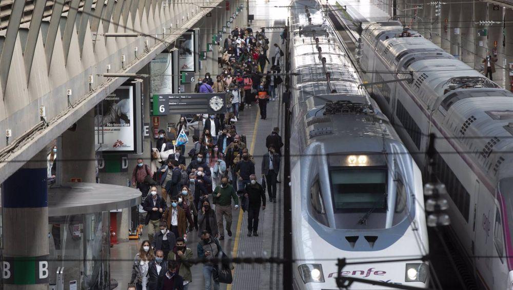 Llegada de pasajeros en el AVE procedente de Madrid a la Estación de Santa Justa