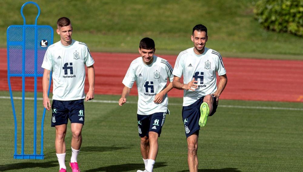 Sergio Busquets durante un entrenamiento de la selección española junto a Pedri y Dani Olmo