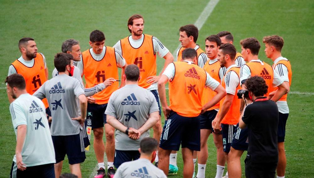 Luis Enrique charla con los jugadores en un entrenamiento de la selección española.