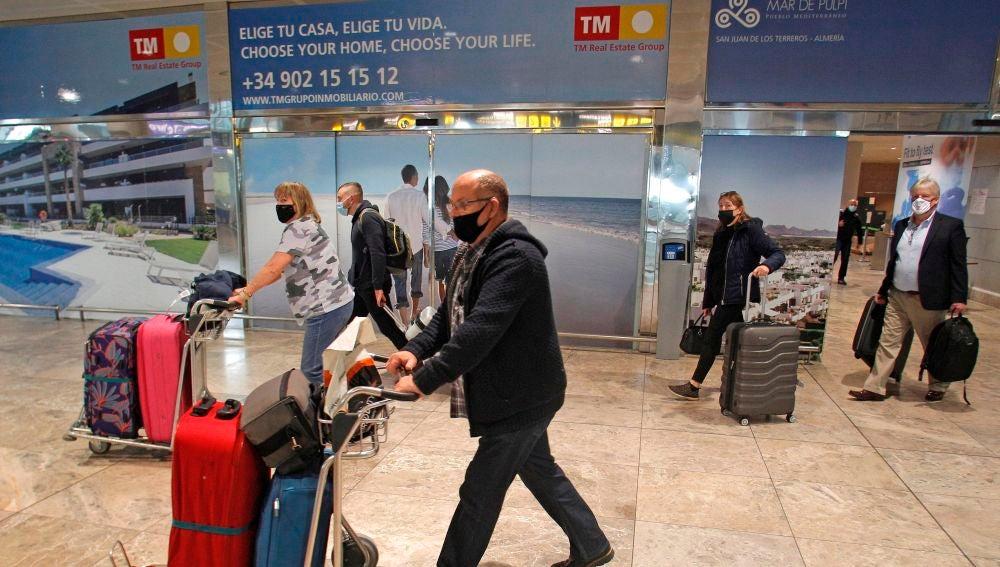 Pasajeros de un vuelo procedente de Londres llegados al aeropuerto de Alicante-Elche.