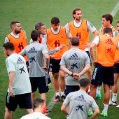 El entrenador de la selección española, Luis Enrique, dirige un entrenamiento en Las Rozas