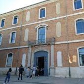 Estudiantes hacen fila para acceder al CRAI de la Universidad de Alcalá