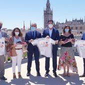 El delegado de Deportes David Guevara junto al director de Onda Cero Andalucía, Manuel Prieto, y representantes y patrocinadores de la carrera