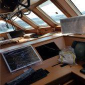 Instalación de equipo nuevos en el L'Espoir II en el muelle de Oza