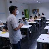 Un professor es dirigeix als alumnes abans de començar la  primera prova de les PAAU.