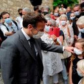 Macron, el presidente de Francia, saluda a varios ciudadanos.