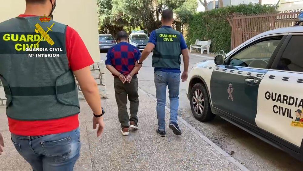Agentes de la Guardia Civil con el detenido en Alzira.