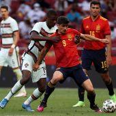 Gerard Moreno pelea un balón en un partido de la selección española