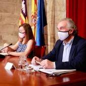La presidenta del Govern, Francina Armengol, y el conseller de Educación y Formación Profesional, Martí March, durante un acto en el Consolat de Mar.