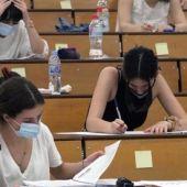 Alumnos realizando uno de los exámenes de la Selectividad