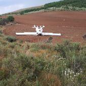 La Guardia Civil auxilia al piloto de un avión ultraligero que sufrió un accidente durante el aterrizaje