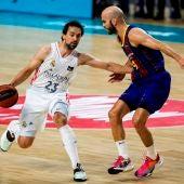 Sergio Llull conduce el balón ante la defensa de Nick Calathes.