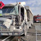 Uno de los camiones implicados en la colisión de la A-31 en Monforte del Cid.