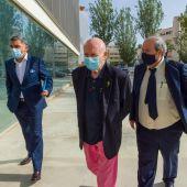 El empresario balear y exministro Abel Matutes (c) llega acompañado a la sede judicial de Ibiza.