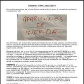 El escrito que los denunciantes han colocado en su edificio incluyendo el papel con los insultos
