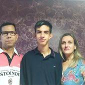 Ánchel junto a sus padres Ángel y Nuria