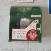 Unos de los desfibriladores instalados