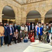 La ministra junto a alcaldes de la provincia en Belmonte (Cuenca) este jueves