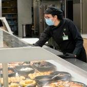 Una trabajadora de Mercadona en la sección Listo para Comer